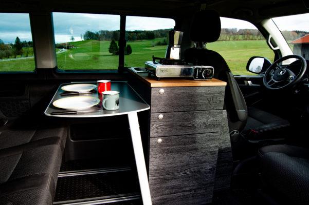 Küche in VW Bus mit Tisch